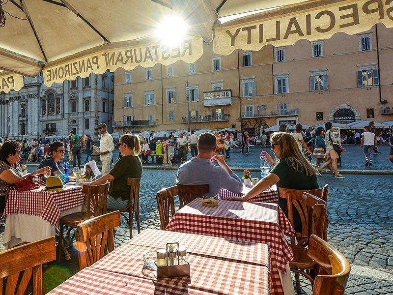 Turisti in Piazza Navona (Roma)