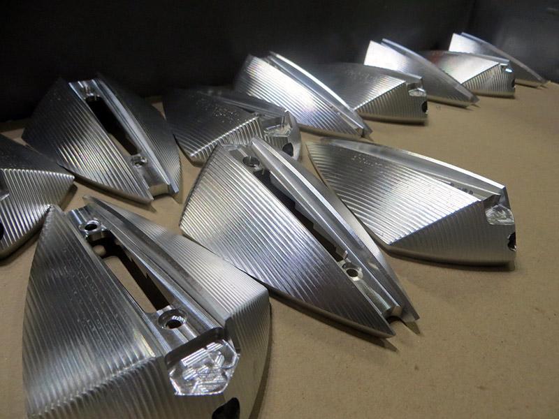 Fasi di lavorazione di specchietti tecnologici per moto