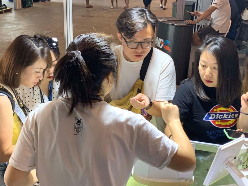 clienti asiatici alla fiera adex sport subacquei