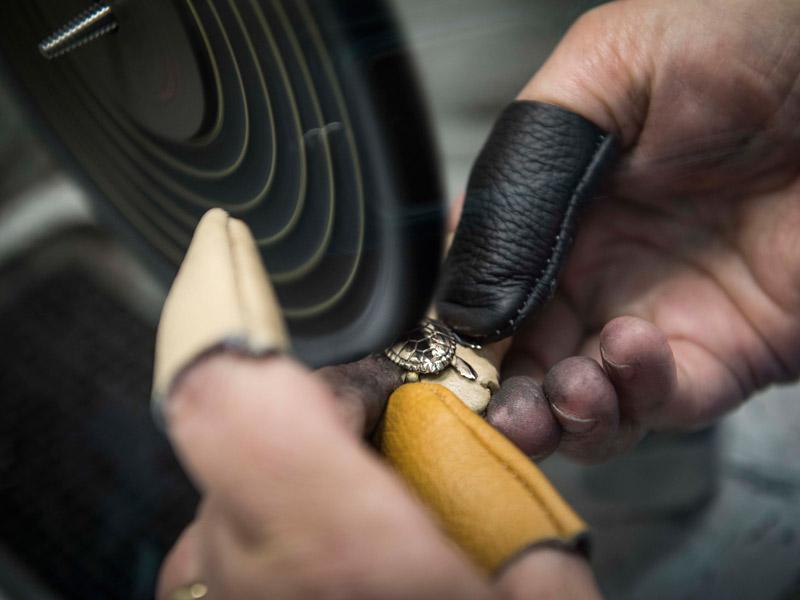 artigiano italiano crea gioielli in bronzo