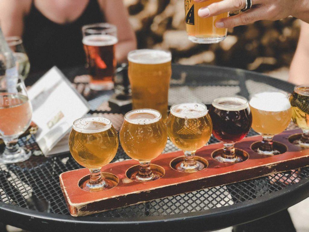 degustazione di vari tipi di birre in bicchiere
