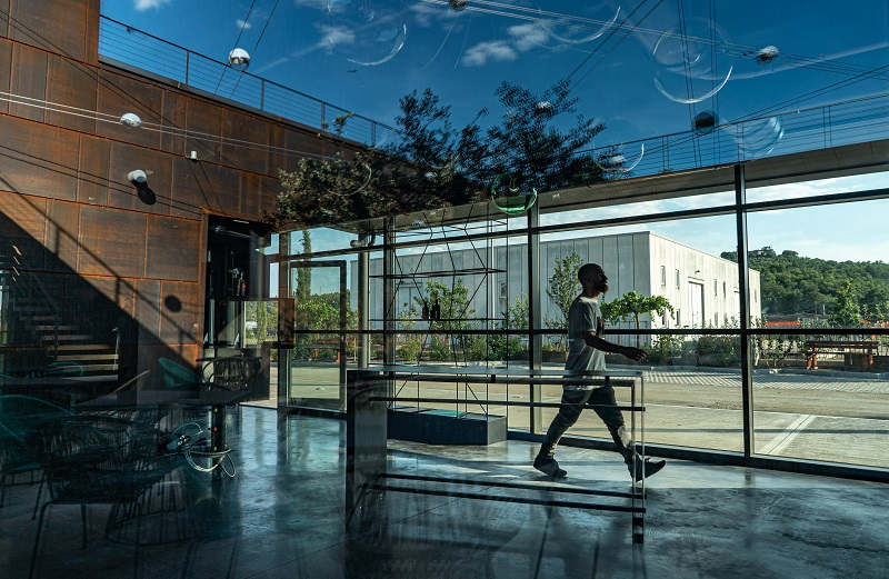 spazio interno frantoio con vetrata e arredamento moderno