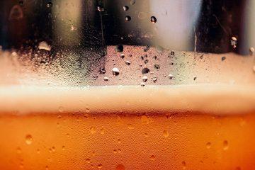 zoom bicchiere birra artigianale schiuma