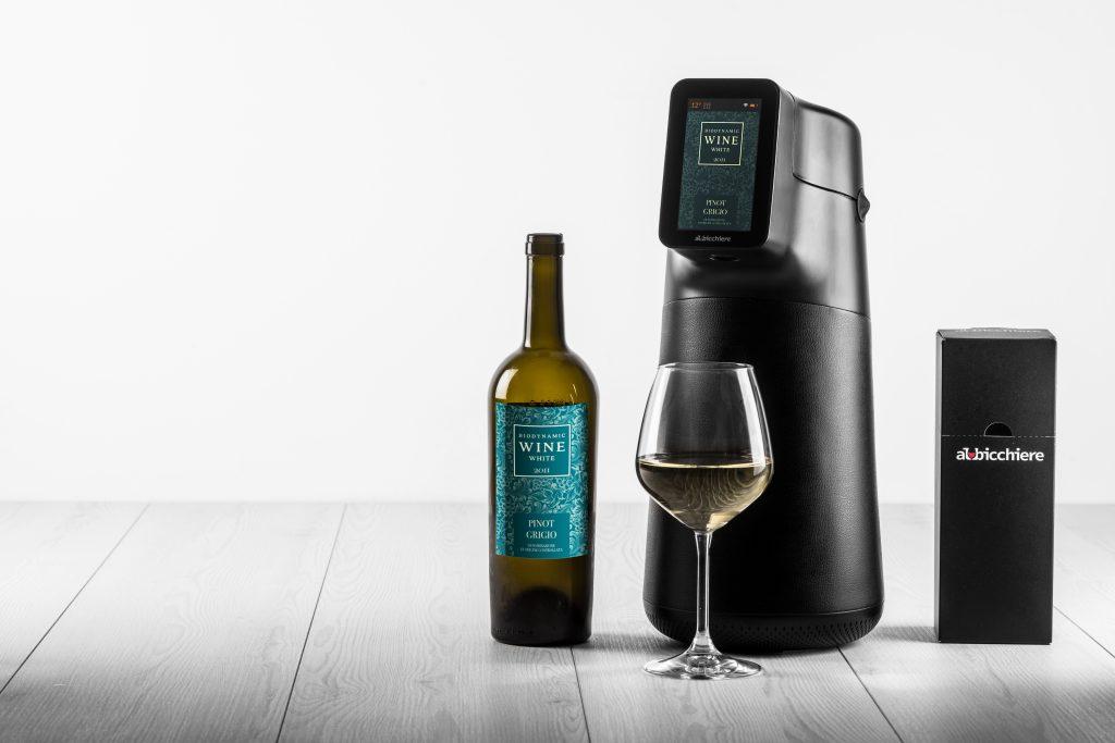 calice di vino bianco con dispenser